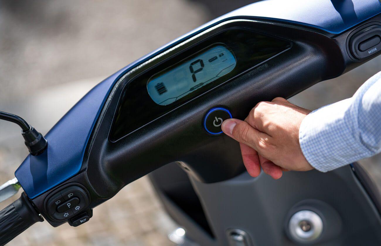 Vue du bouton de démarrage par empreinte scooter Yadea C-line